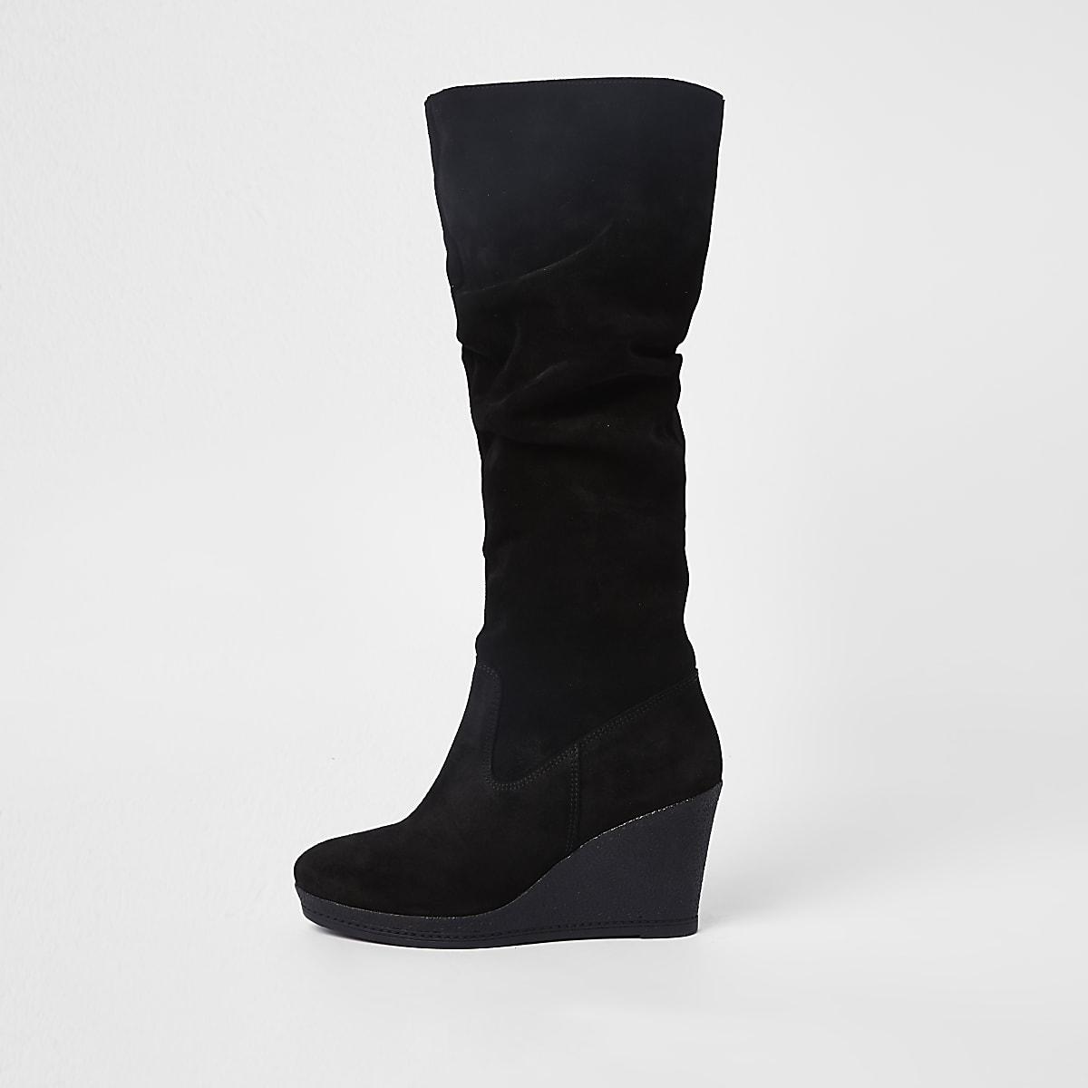 068e97400c3 Zwarte suède kniehoge laarzen met sleehak Zwarte suède kniehoge laarzen met  sleehak ...