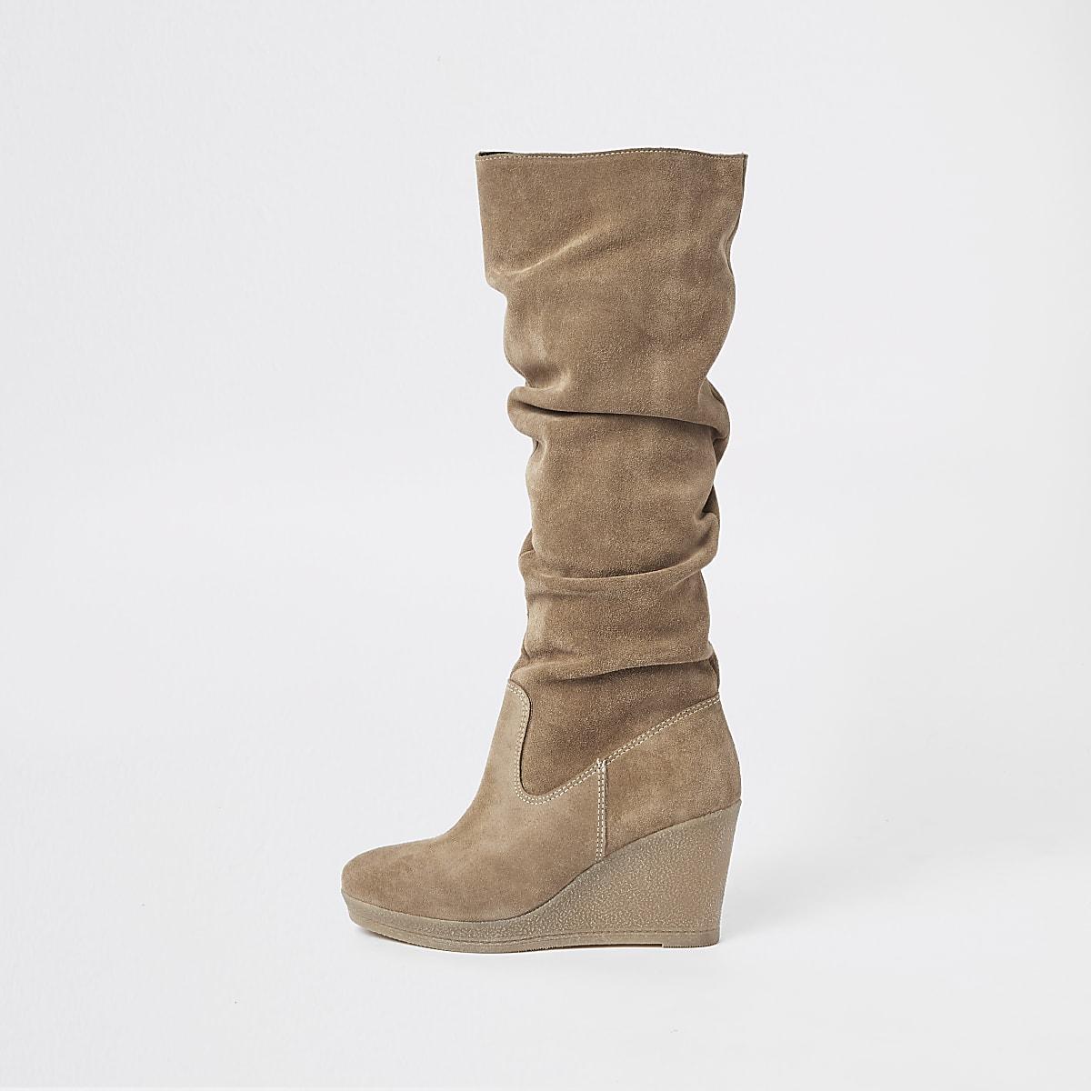 Beige suède kniehoge ruimvallende laarzen met sleehak
