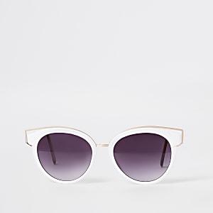 Weiße Sonnenbrille im Katzenaugendesign