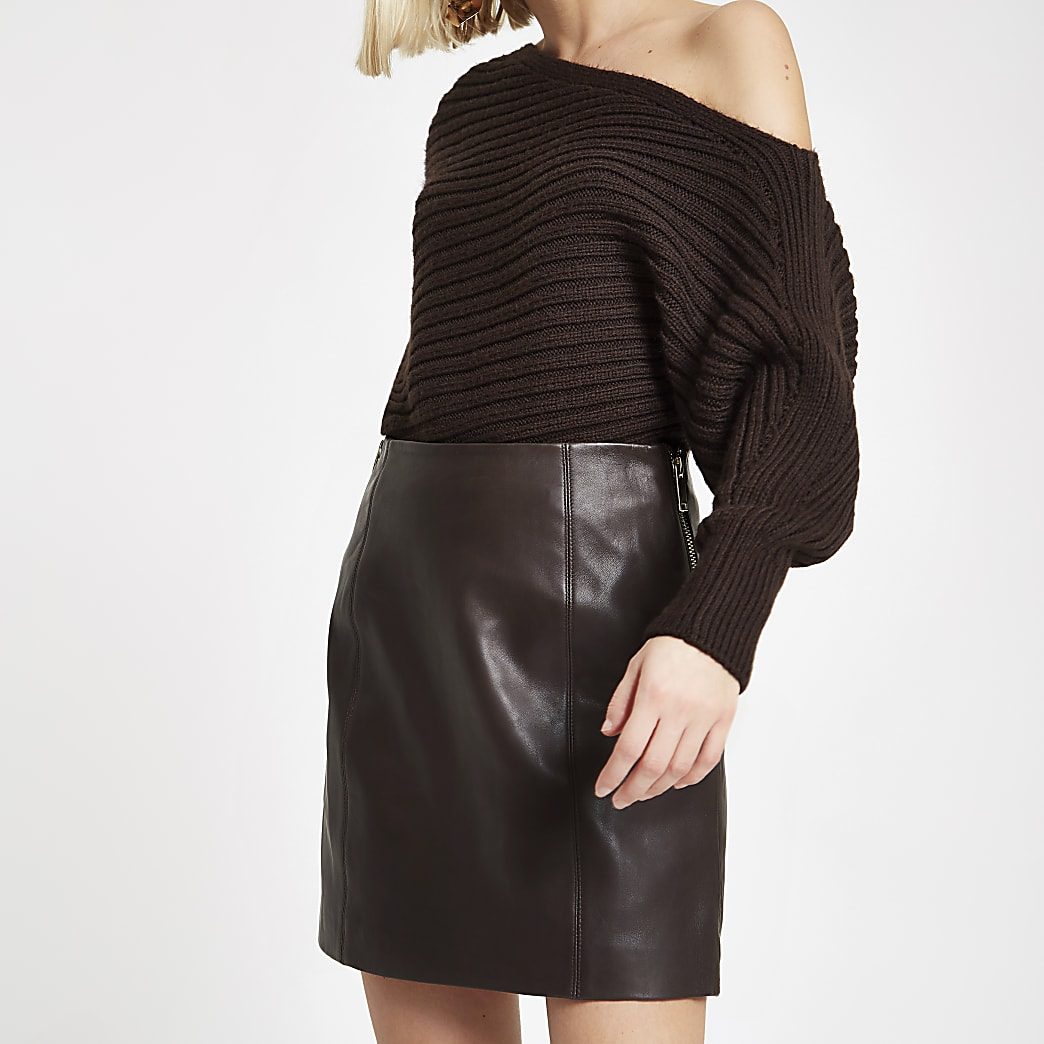 Mini-jupe en cuir marron foncé zippée sur le côté