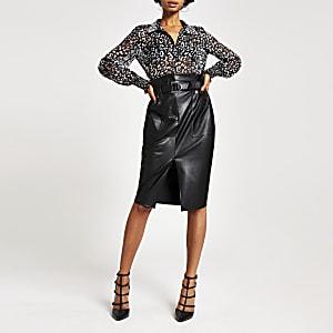 Jupe mi-longue froncée en simili cuir noire