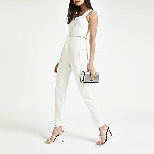 Witte smaltoelopende broek met kant