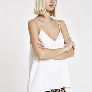 Witte camitop met gekruiste bandjes op de rug