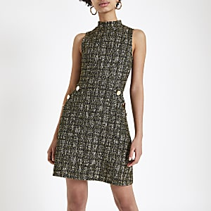 Gelbes, hochgeschlossenes Kleid