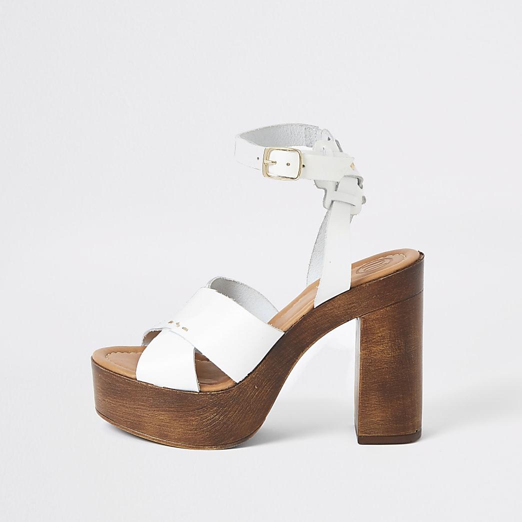 Witte leren sandalen met plateauzool, gekruiste bandjes en hak
