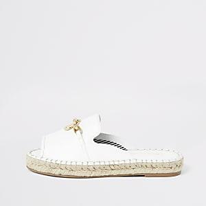 Weiße Sandalen mit Peeptoe
