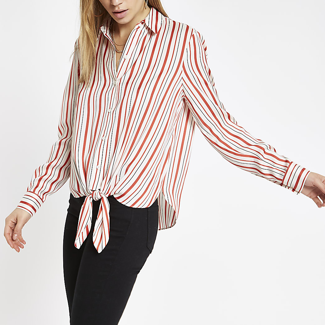 Chemise rayée rouge nouée sur le devant