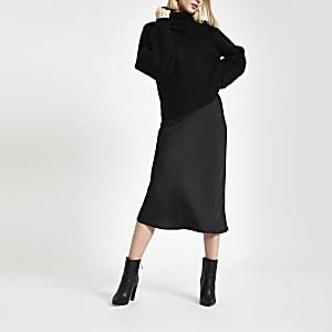 Jupe mi-longue noire coupée en biais