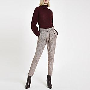 Pantalon fuselé à carreaux rouge noué à la taille