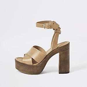 Bruine sandalen met plateauzool, gekruiste bandjes en hak