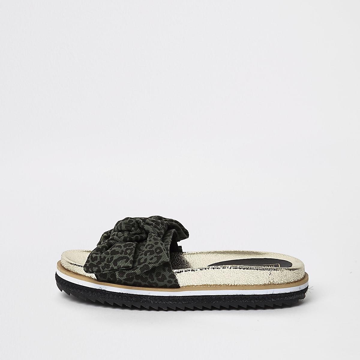 Kaki slippers met luipaardprint en strik voor