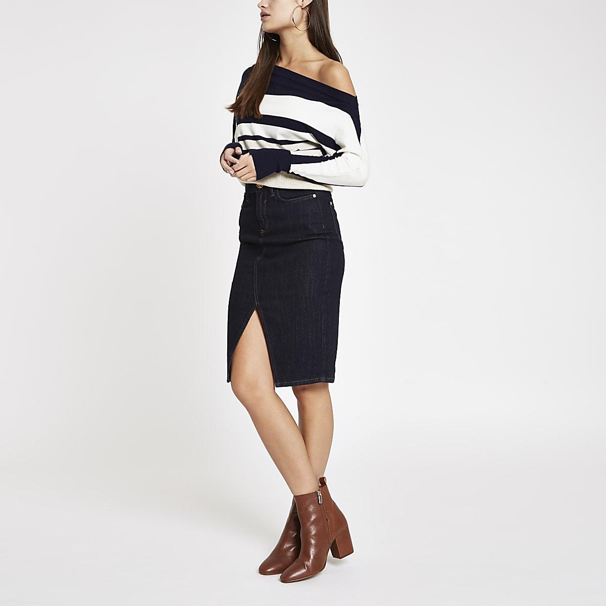 Beiger, asymmetrischer Pullover mit Streifen