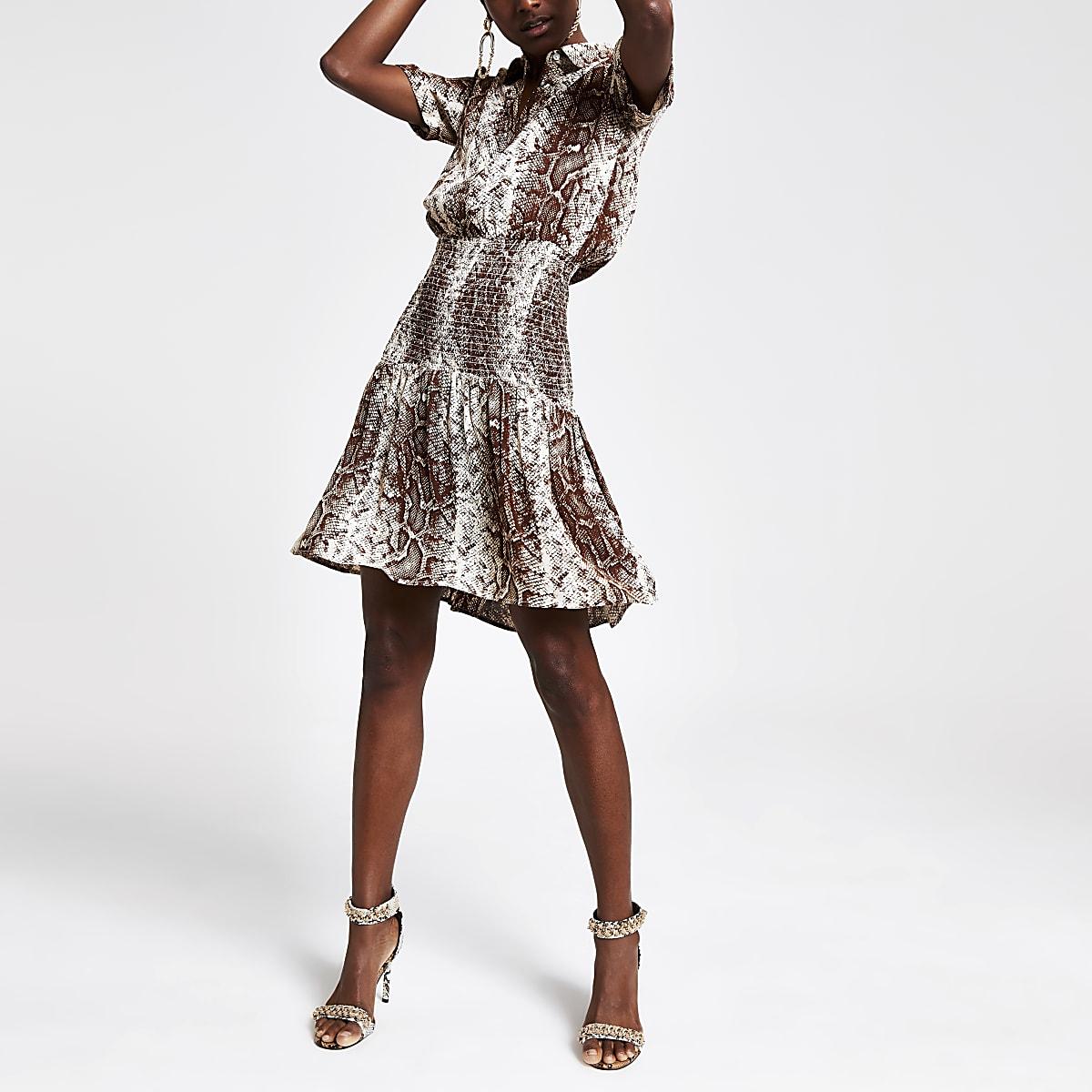 Beige jurk met slangenprint en gesmokte taille