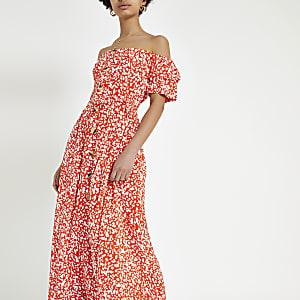 Robe Bardot longue à fleurs rouge boutonnée sur le devant