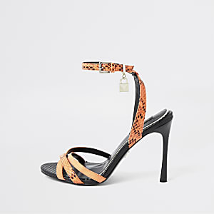 Oranje minimalistische sandalen met hangslot en brede pasvorm