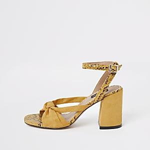 Gele sandalen met brede pasvorm, knoop voorop en wijduitlopende hak