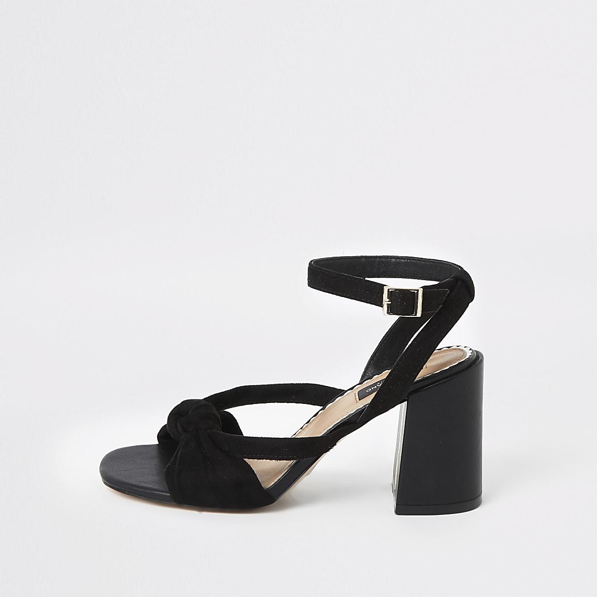 Zwarte sandalen met brede pasvorm, knoop voorop en wijduitlopende hak