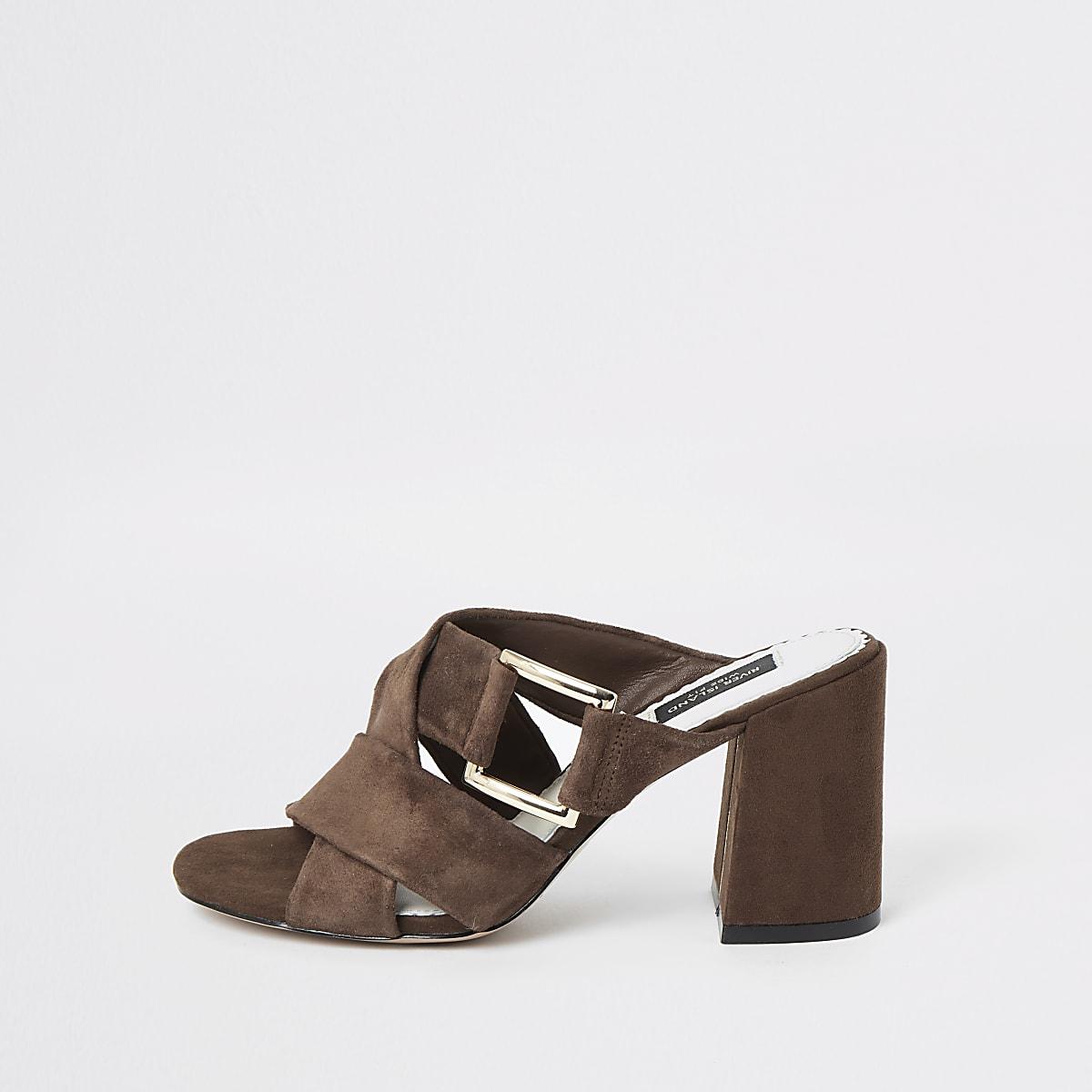 Sandales en daim marron coupe large
