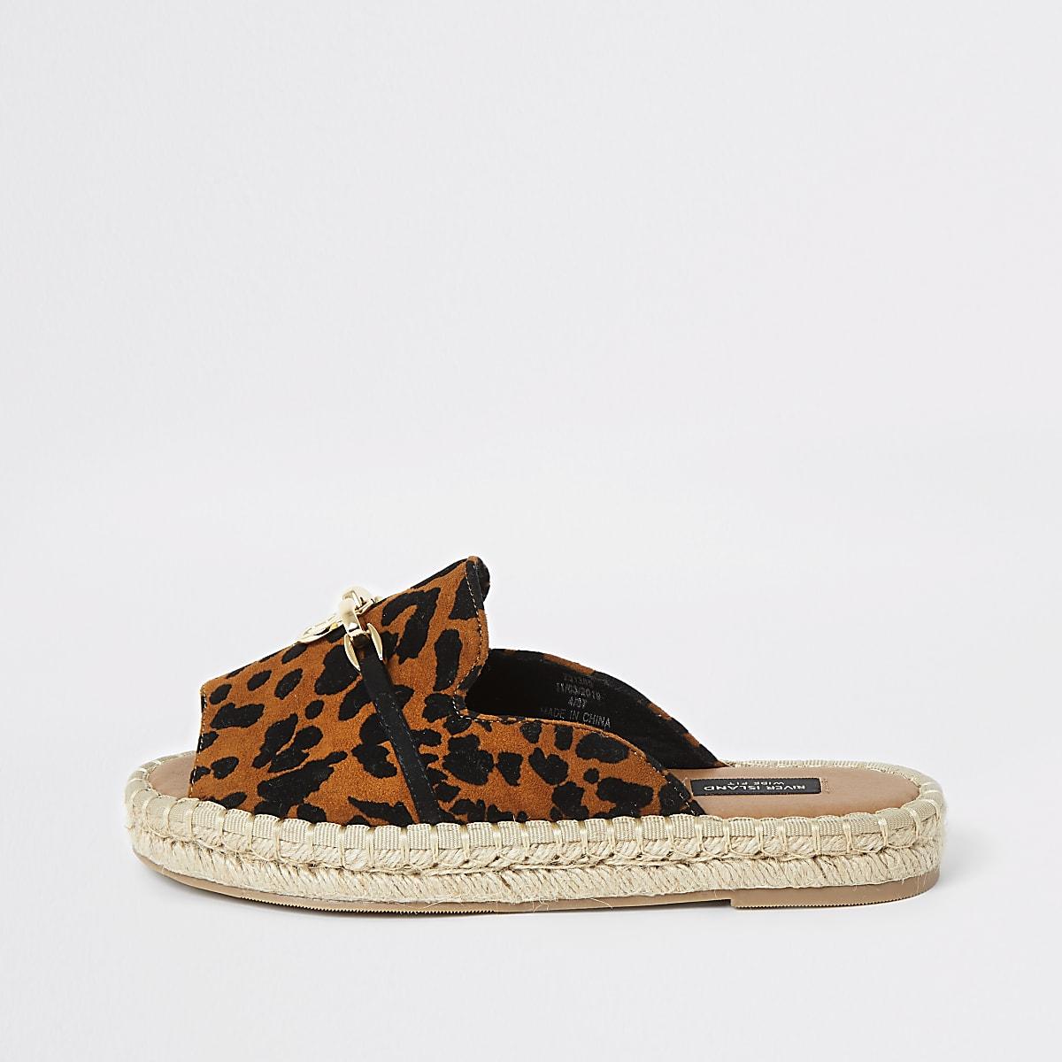 Sandales imprimé léopard à bout ouvert coupe large