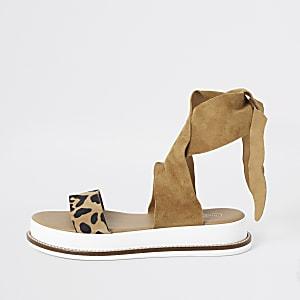 Braune, flache Sandalen mit Leoparden-Print
