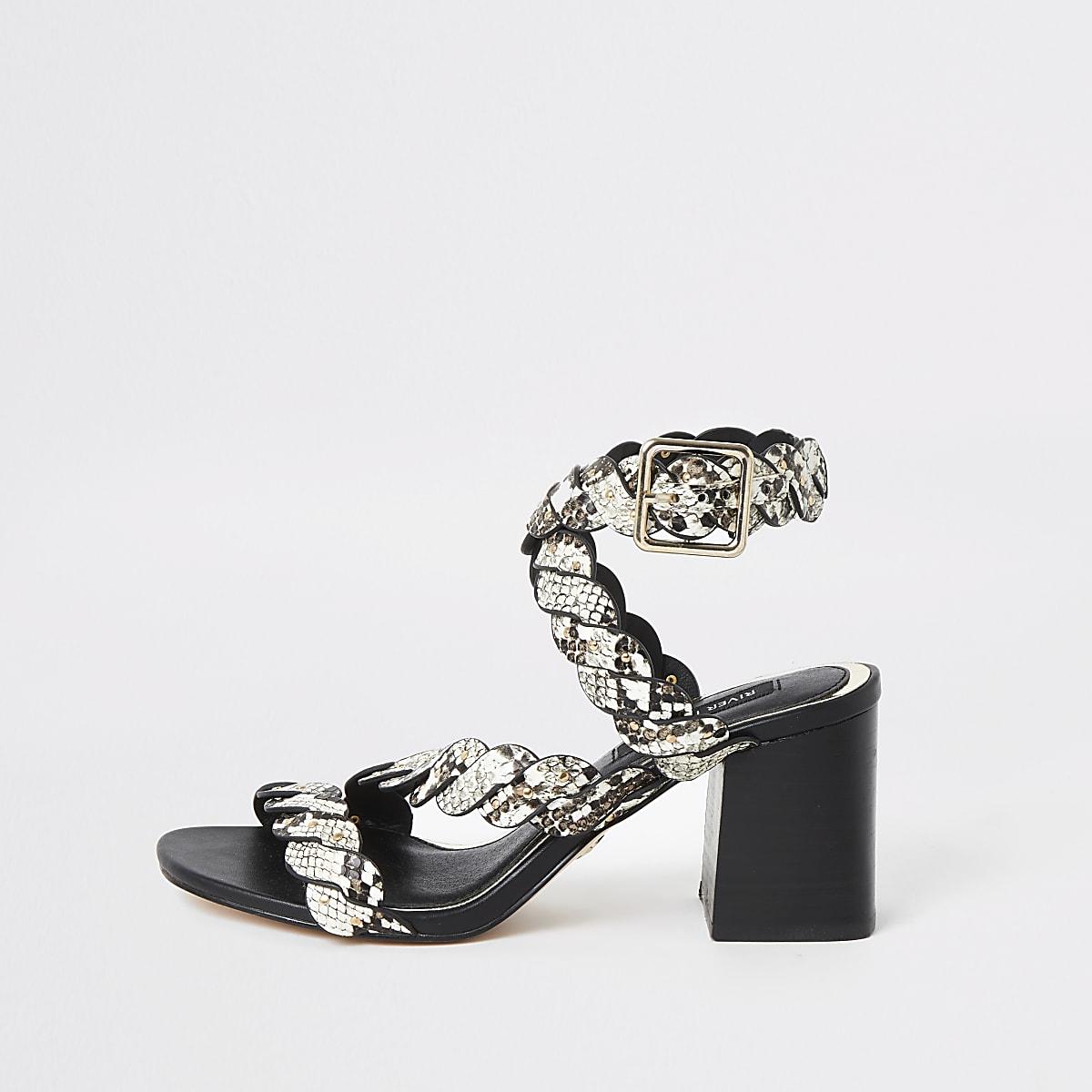 Sandales imprimé serpent grises cloutées à talon carré