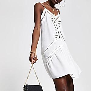 Weißes Kleid mit Zierausschnitt
