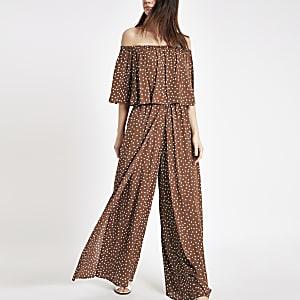 Bruine jumpsuit in bardotstijl met stippen en wijde pijpen
