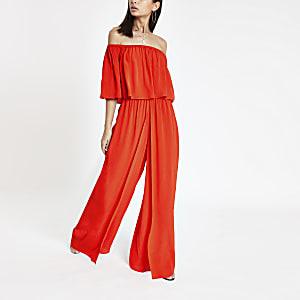 Rode jumpsuit in bardotstijl met wijde pijpen