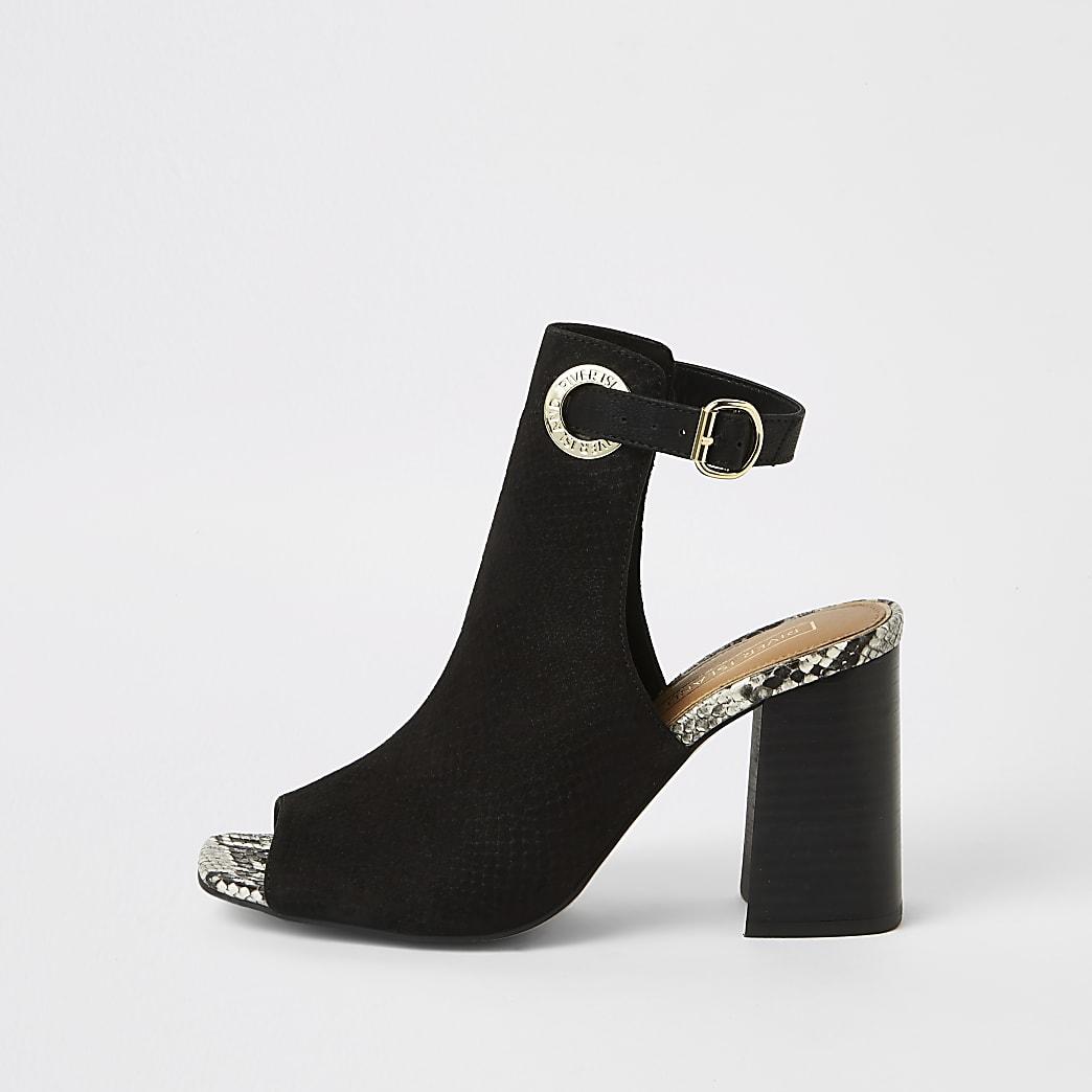 Zwarte schoenlaarsjes met open neus en blokhak