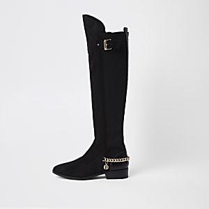 Kniehohe schwarze Stiefel mit Kettendetail