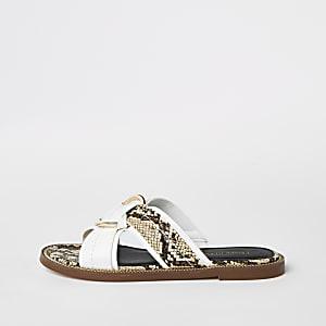 Weiße, flache Sandalen