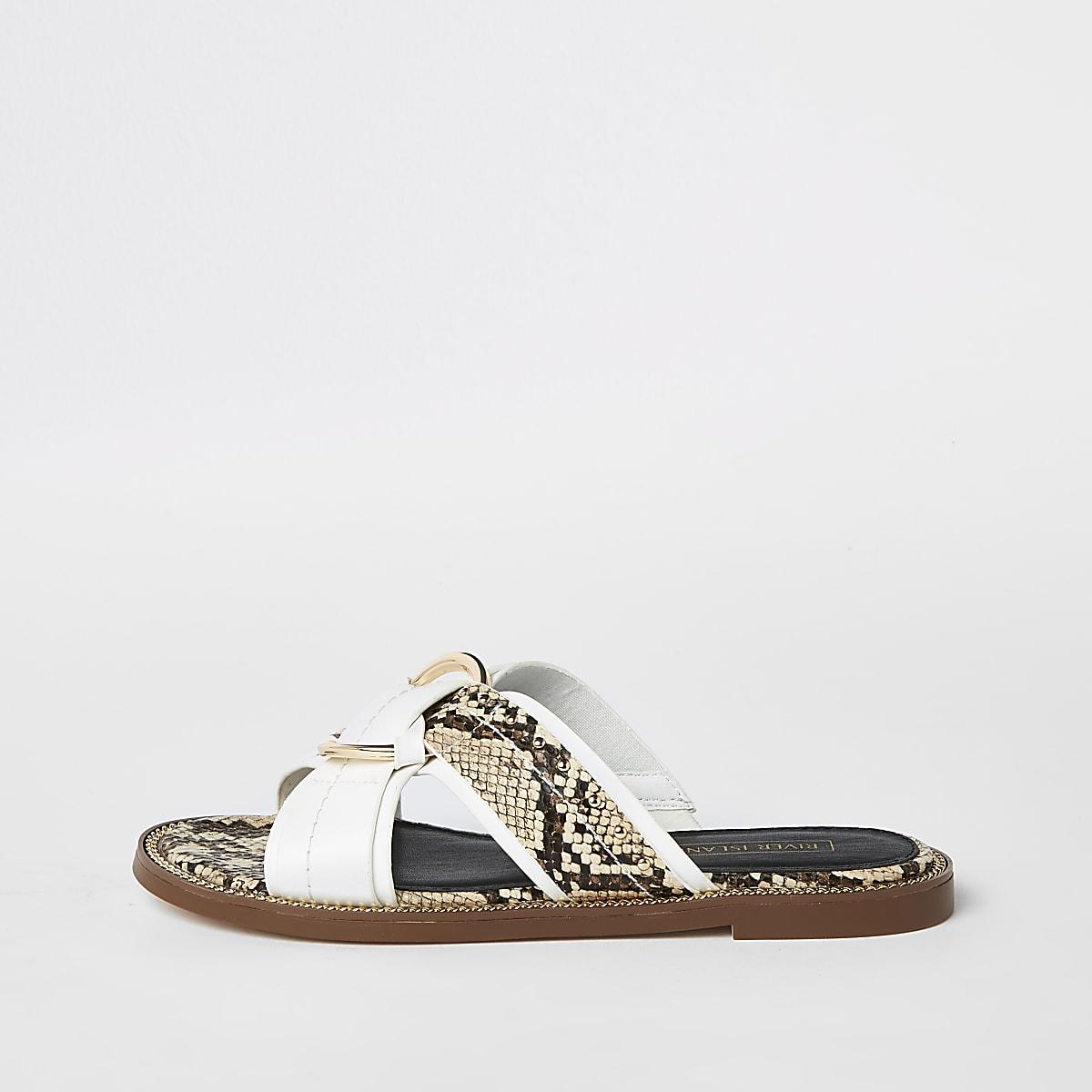 Witte platte sandalen met gekruiste bandjes en ring