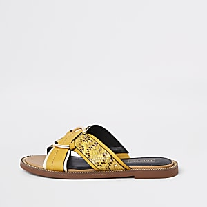Sandales plates jaunes à anneau et brides croisées
