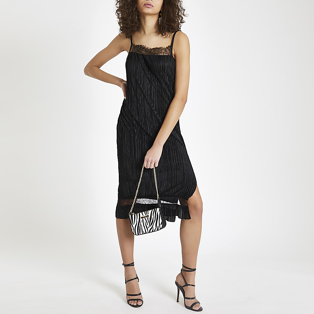 Robe plissée noire à bretelles fines et bordure en dentelle