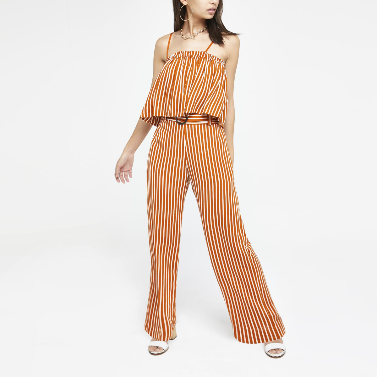 Oranje gestreepte broek met wijde pijpen en ceintuur.
