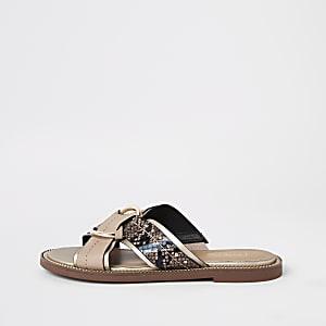 Beige platte sandalen met gekruiste bandjes en ring