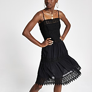 Schwarzes, besticktes Kleid