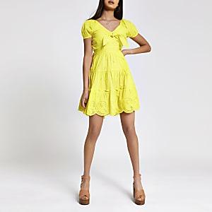 Gelbes Kleid mit Zierschleife