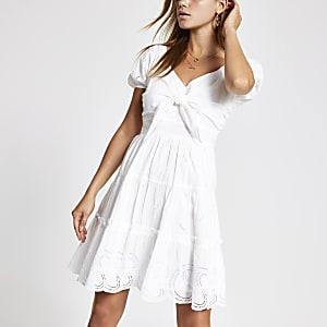 Witte geborduurde aangerimpelde jurk met strik voor