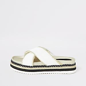 Sandales blanches à semelle plateforme avec brides croisées cloutées