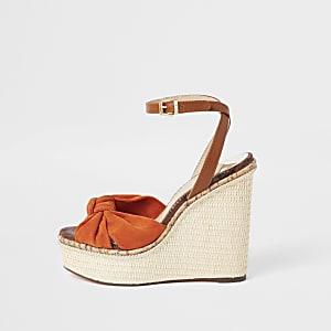 Chaussures orange à talons compensés et nœud