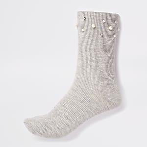 Grijze sokken met pareltjes langs de rand