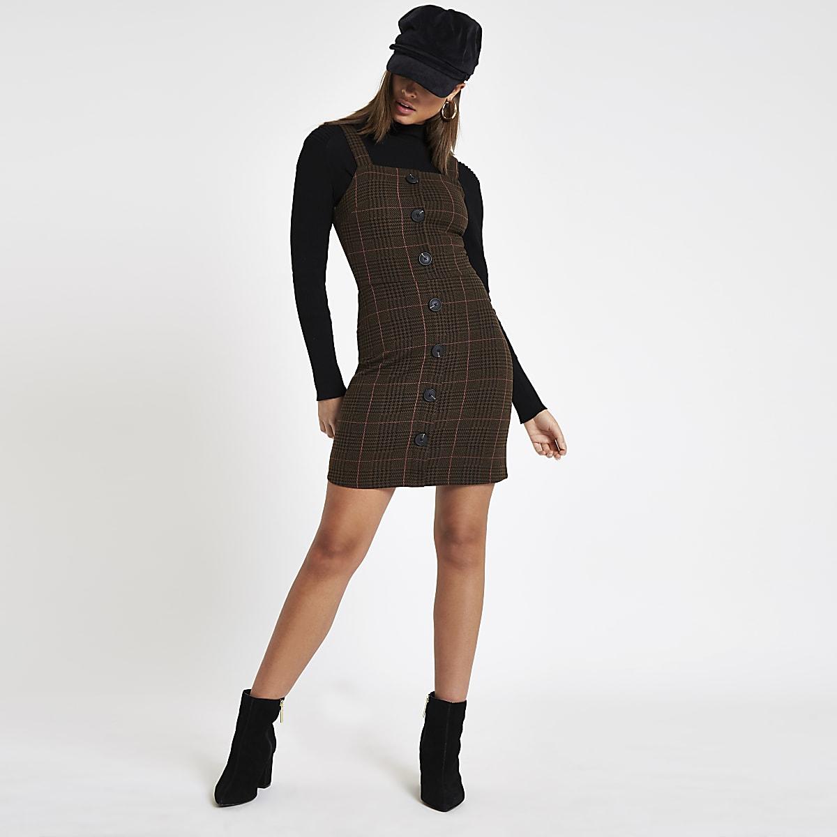 Mini robe chasuble à carreaux marron boutonnée sur le devant