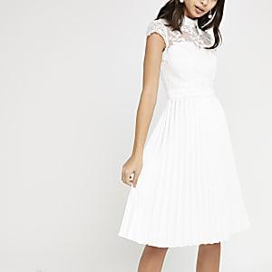 Chi Chi London – Robe de gala plissée en dentelle blanche