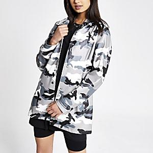 Trench imperméable motif camouflage gris à capuche