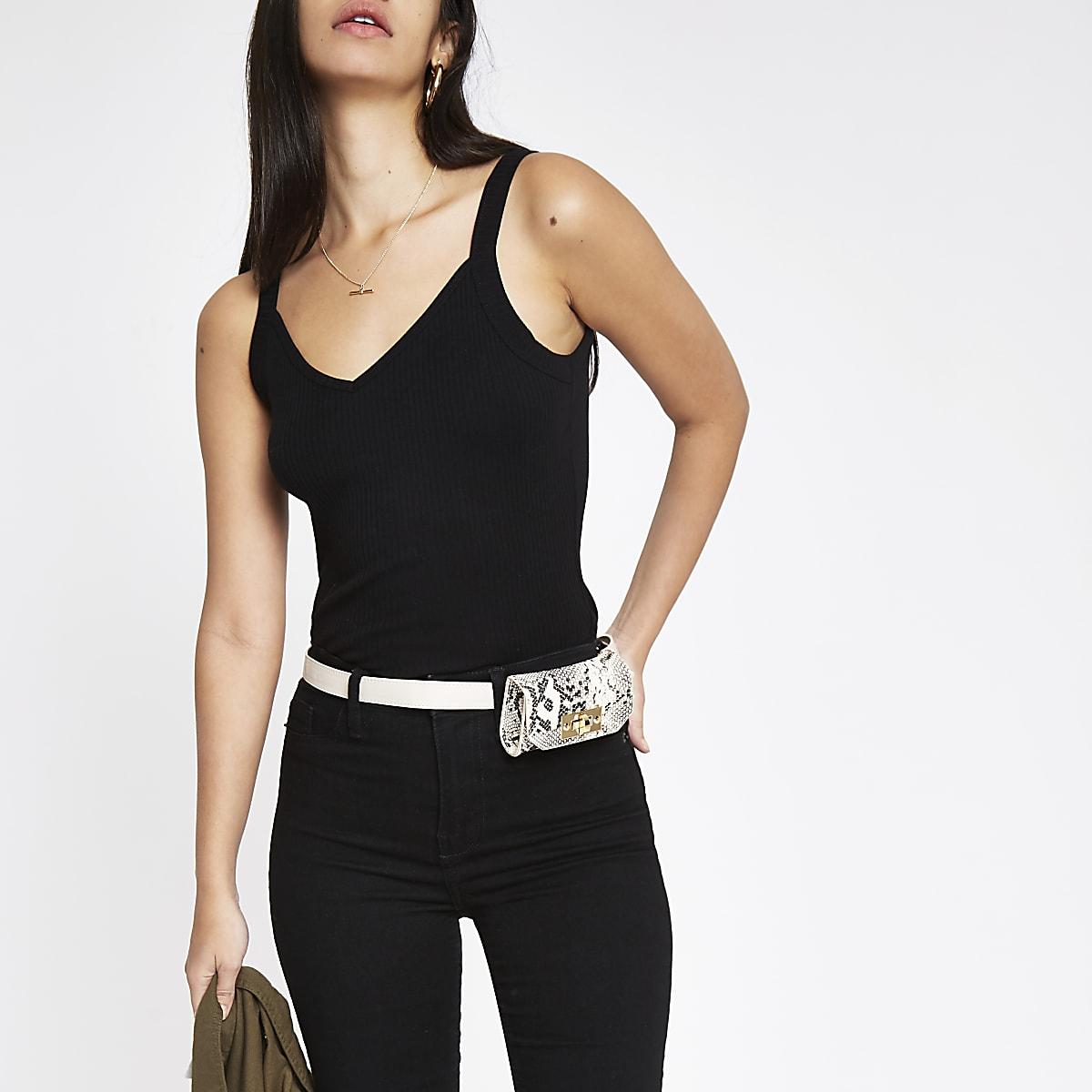 Zwart geribbeld aansluitend hemdje met V-hals