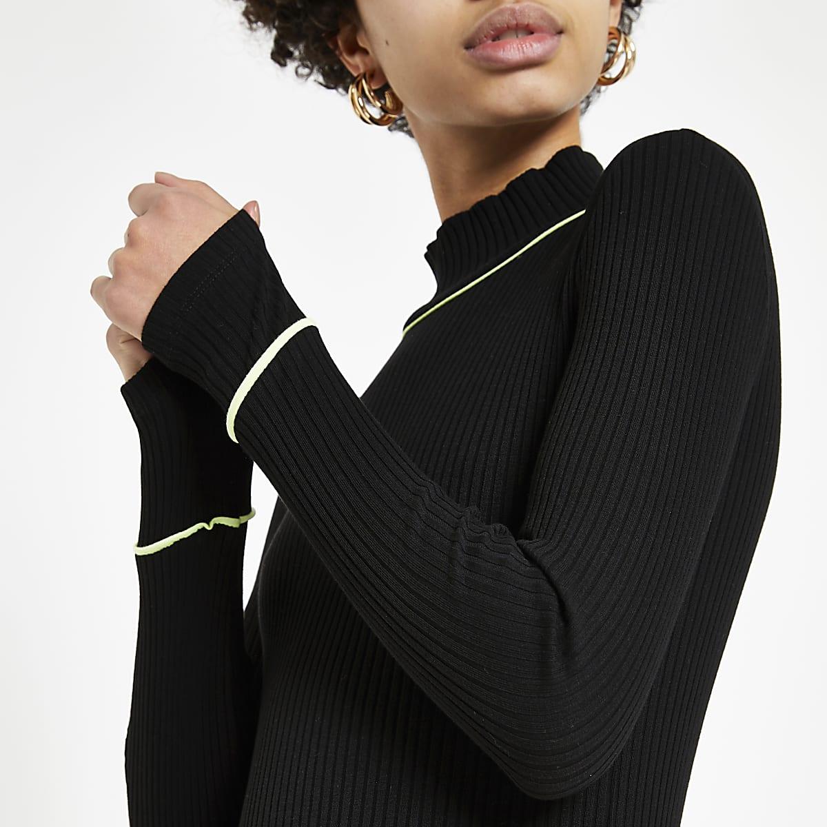 Zwarte geribbelde top met neon biezen en col
