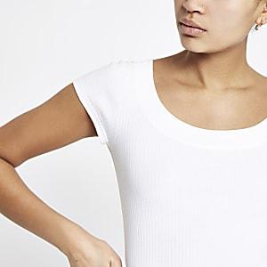 Weißes, figurbetontes T-Shirt mit U-Ausschnitt