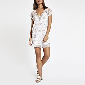 Weißes Strandkleid mit Verzierung