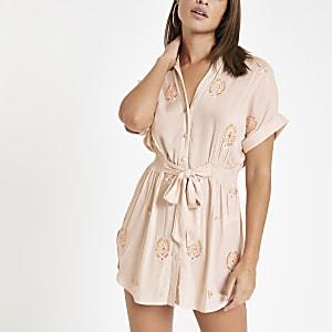 Pinkes, verziertes Strandkleid